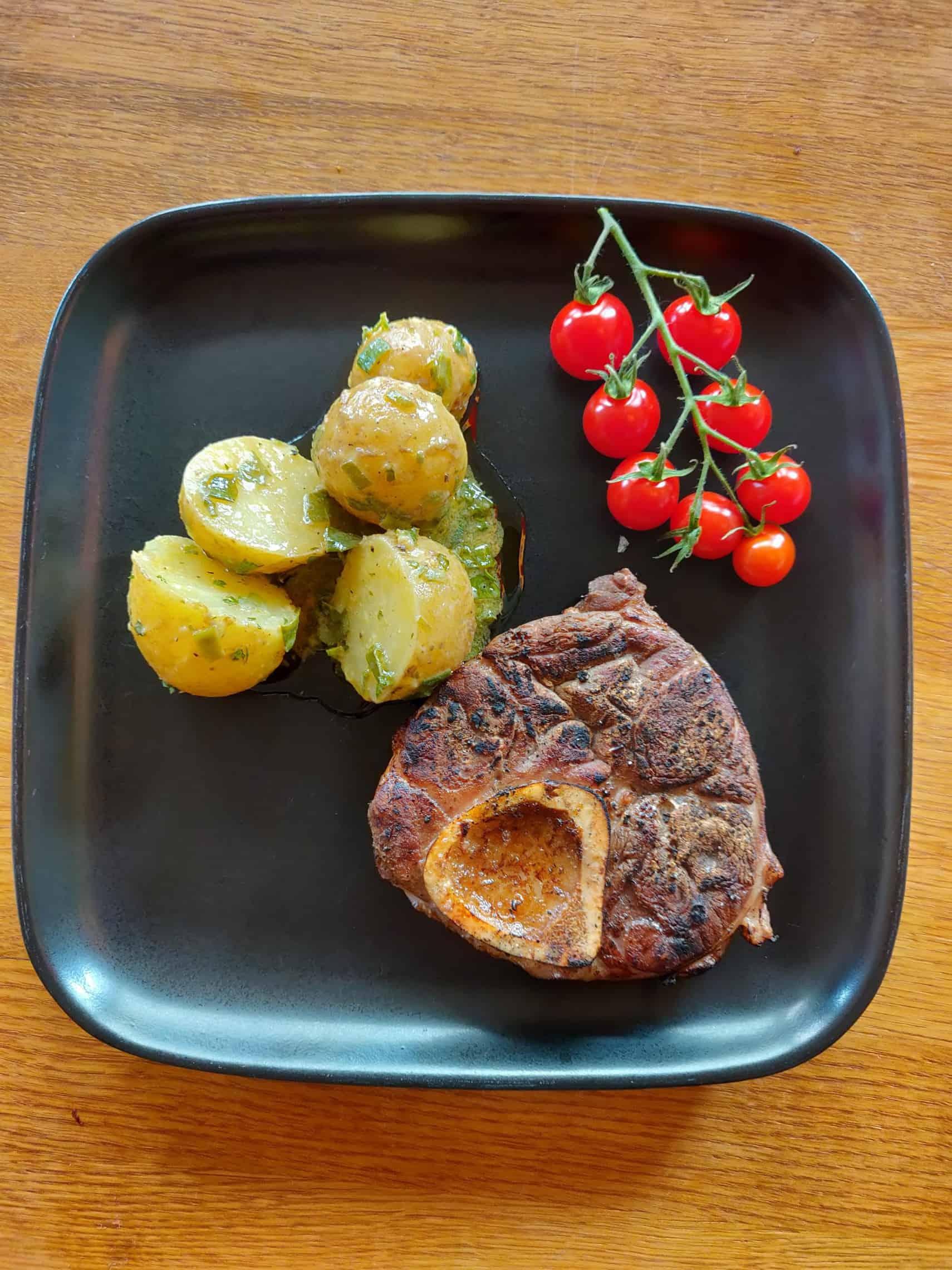 Kalvlägg med fransk potatissallad och tomater